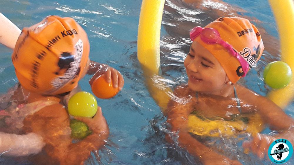 Çocuklar Eğlenerek Yüzme Öğreniyor